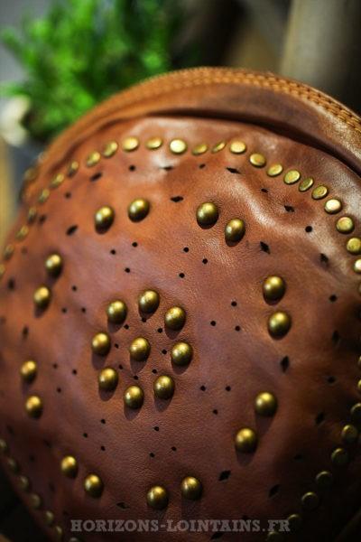 Sac-rond-camel-foncé-matière-cuir-avec-clous-dorés-look-hippie-esprit-bohème-C034-08
