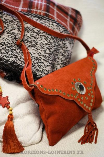 Sac-terracotta-cuir-velours-rabat-avec-nacre-clous-look-hippie-bohème