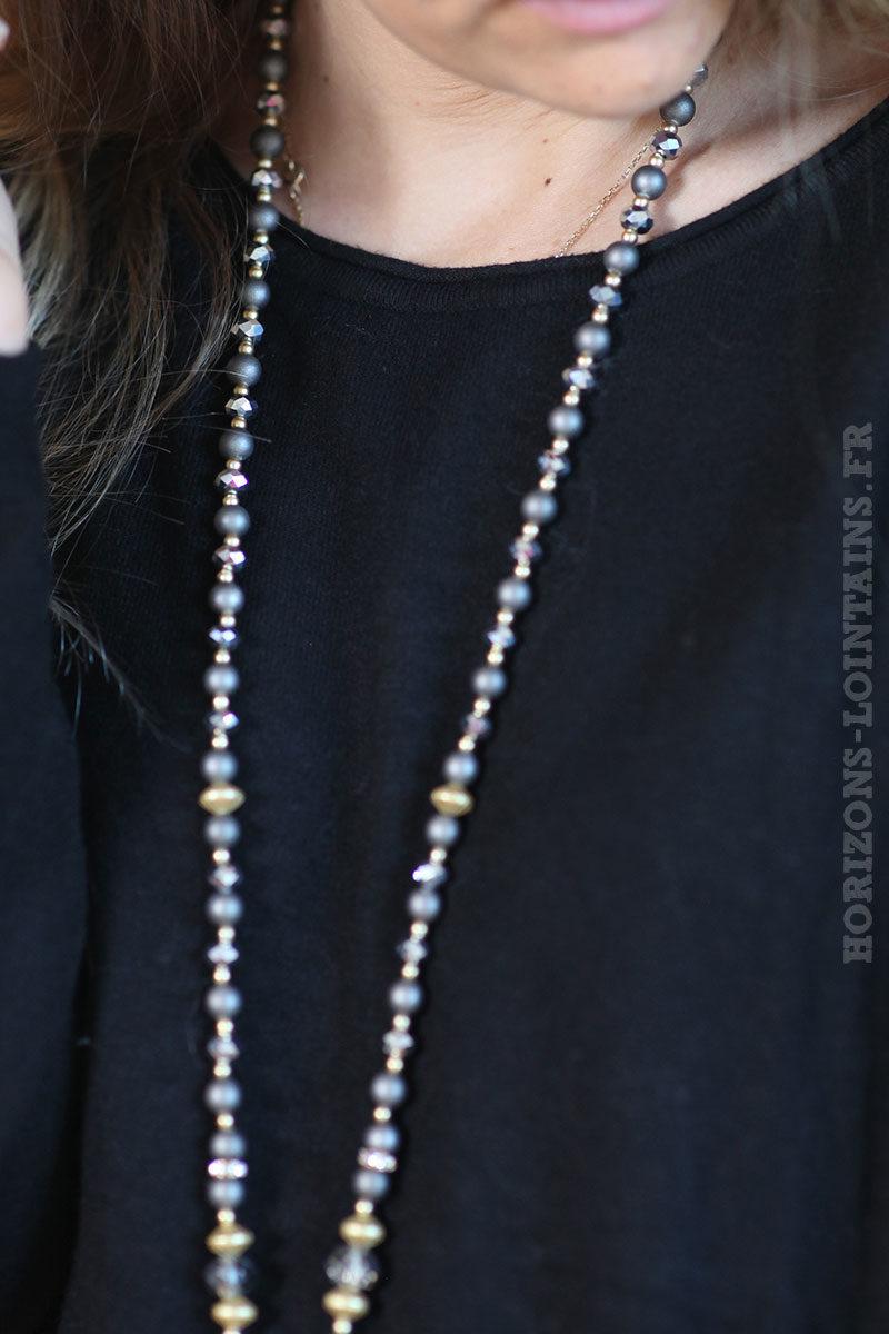 collier-gris-médaillon-pompons-perles-facettes-brillantes-look-fête