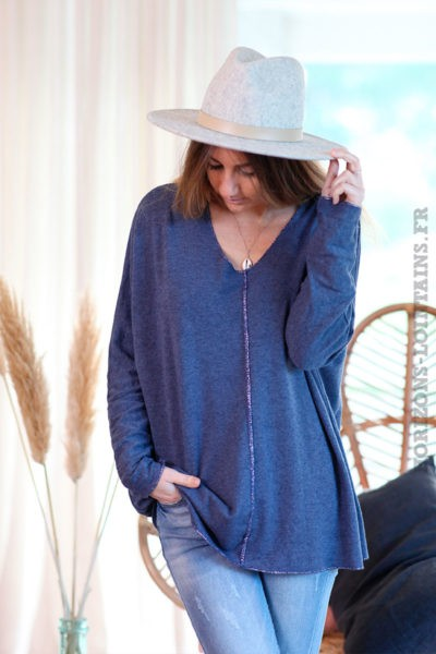 Pull-bleu-jean-col-V-avec-coutures-argentées-c249