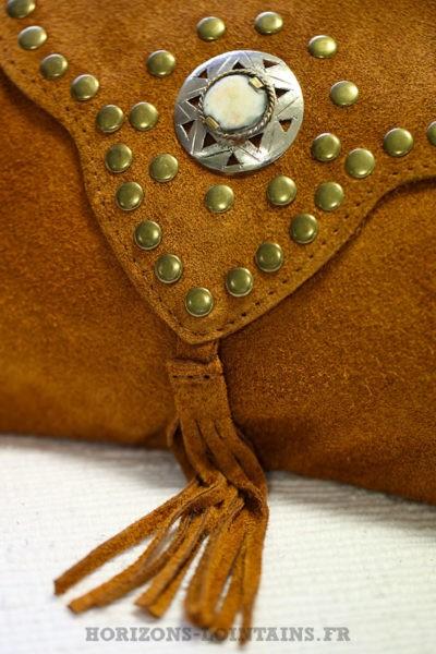Sac-camel-marron-cuir-velours-rabat-avec-nacre-clous-look-hippie-bohème