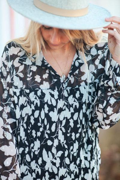 Blouse-noire-en-voilage-plissé-avec-imprimé-feuillage-d3