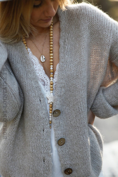 Gilet-taupe-clair-col-V-avec-boutons-d01