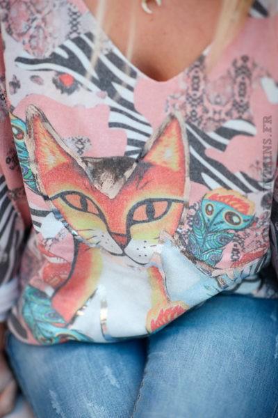 Pull-rose-saumonné-imprimé-avec-chats-argentés-d013