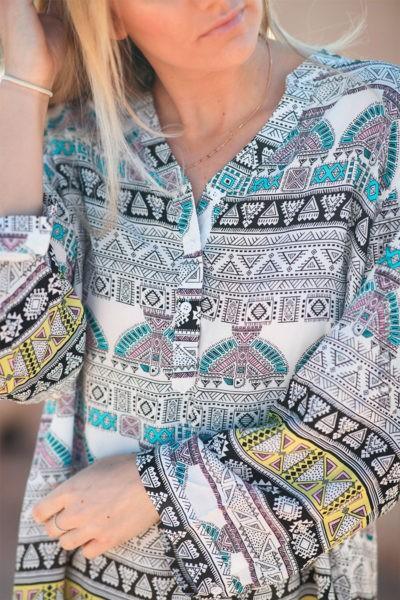 Tunique-écrue-avec-imprimé-ethnique-coloré-c257
