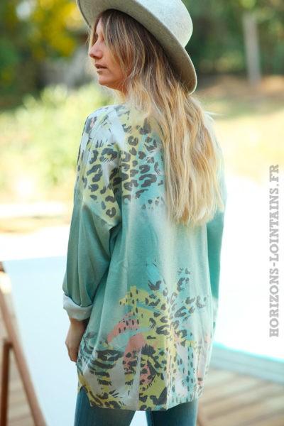 Pull vert céladon clair effet brillant motifs feuilles de palmier et taches léopard