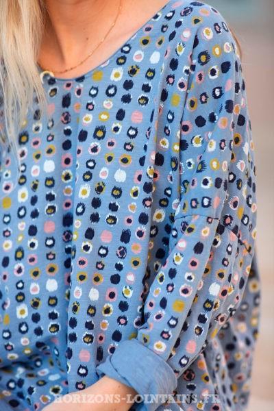 T-shirt-bleu-jean-ample-motifs-colorés-d030