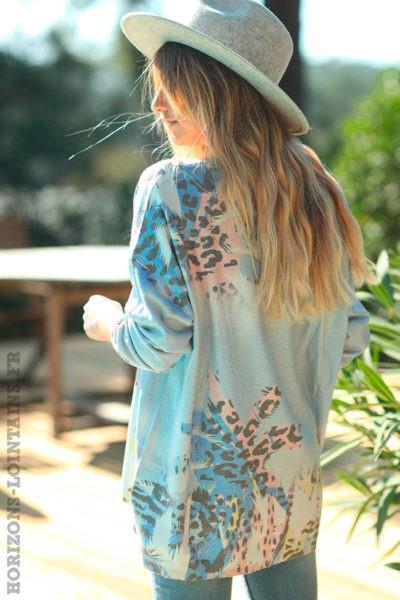 Pull bleu ciel effet brillant motifs feuilles de palmier et taches léopard