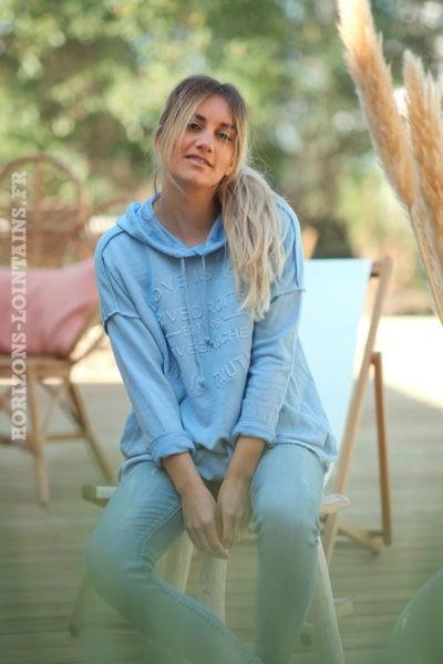 Sweat-à-capuche-bleu-ciel-confort-message-en-relief--d032
