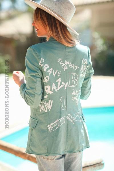 Blazer-vert-céladon-avec-inscriptions