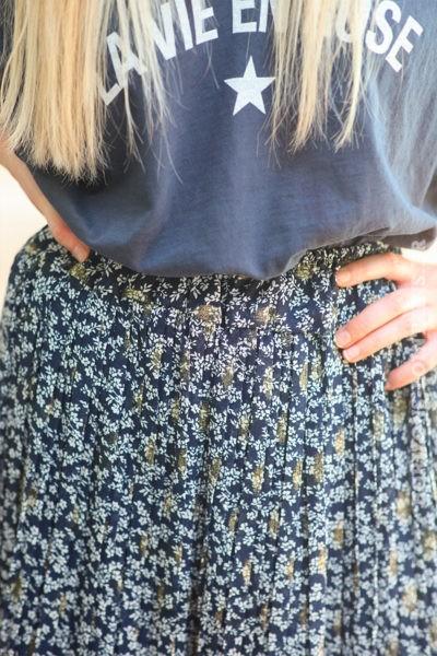 Jupe short plissée bleu marine motifs petites fleurs dorés