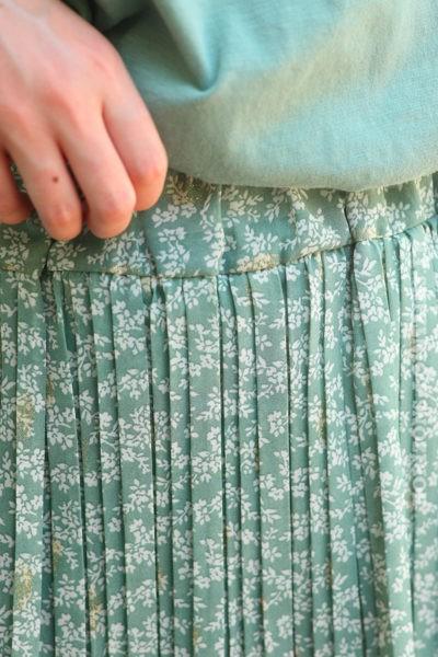 Jupe short plissée kaki clair motifs petites fleurs