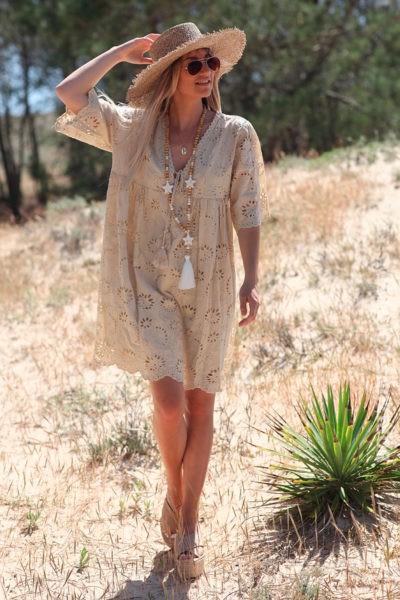 Robe-beige-manches-courtes-col-V-pompon-broderie-anglaise-fleurs-d45