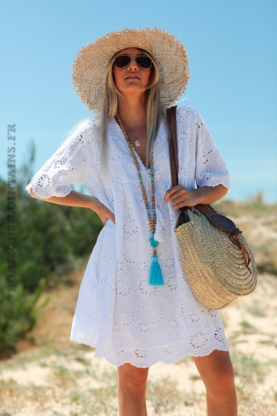 Robe-blanche-manches-courtes-col-V-pompon-broderie-anglaise-fleurs-d45