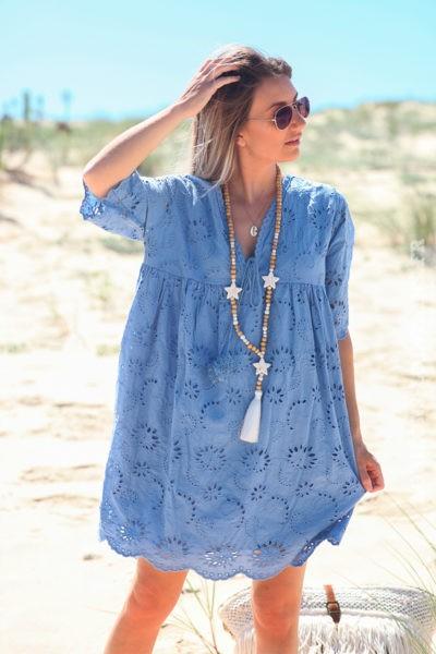 Robe-bleu-lavande-manches-courtes-col-V-pompon-broderie-anglaise-fleurs-d45-3