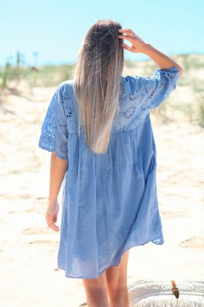 Robe-bleu-lavande-manches-courtes-col-V-pompon-broderie-anglaise-fleurs-d45-5
