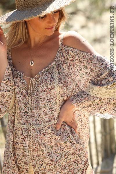 Robe-tunique-beige-avec-épaules-dénudés-motifs-D049