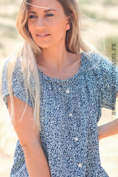 Blouse-bleu-marine-manches-courtes-col-bardot-motifs-fleuris-D117
