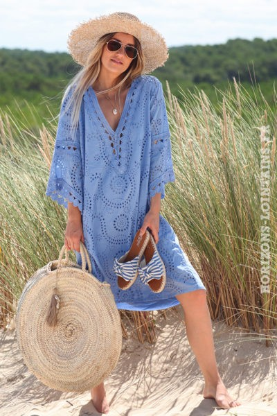Robe-bleu-lavande-broderie-anglaise-avec-col-V-manches-évasées-style-hippie-look-bohème-D056