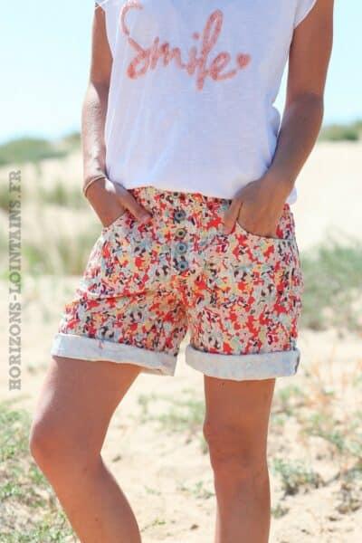 Short-fleuri-fond-corail-boutonné-d33
