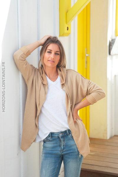 Veste à capuche caramel coutures extérieures et écriture dos D010 1