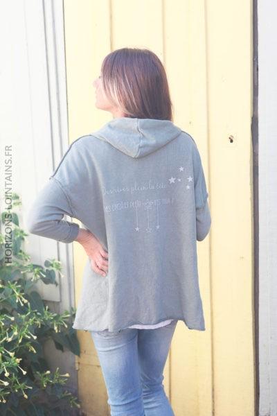 Veste à capuche kaki coutures extérieures et écriture dos D010 2