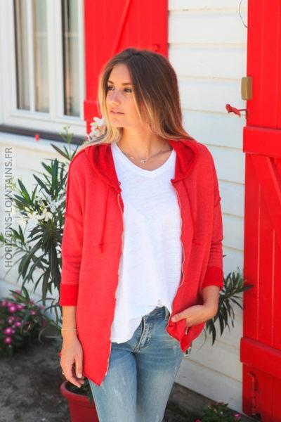 Veste à capuche rouge coutures extérieures et écriture dos D010 2