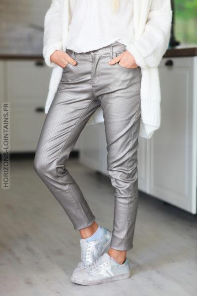 Pantalon taupe en simili cuir avec imprimé effet python D66 (11)