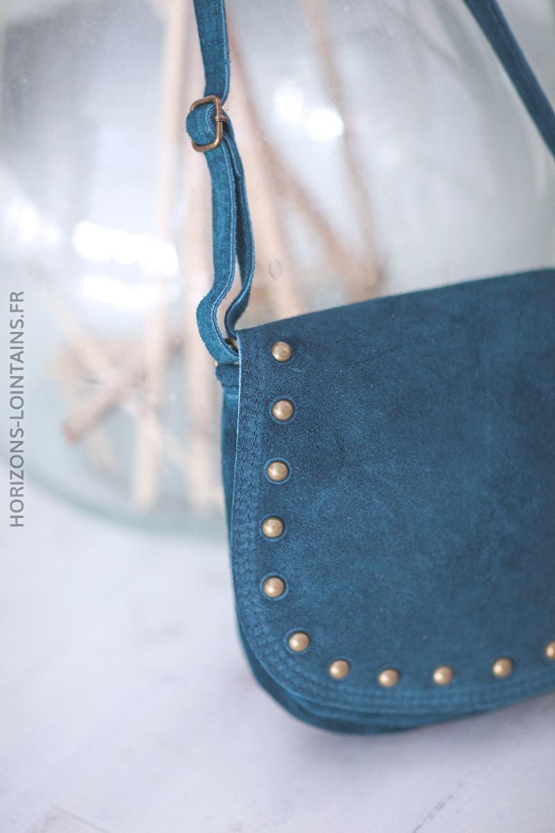 Sac bleu pétrole en cuir velours rabat clous D24 (1)