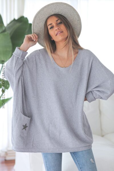 Pull gris clair large poches étoile strass D298 (1)
