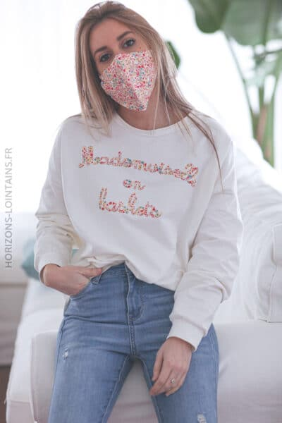 Sweat écru mademoiselle en baskets avec masque assorti E031 (1)